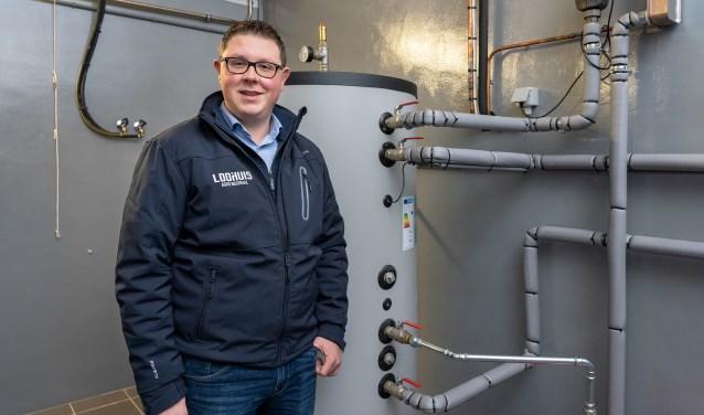 ommercieel technisch adviseur Bjorn Weghorst van F.H. Loohuis bij een installatie van Milk2Heat dat de boer een besparing van ongeveer 4.000 euro per jaar oplevert: Paulien Wilkinson