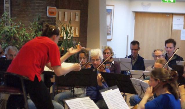 Sonate repeteert voor de uitvoering van zaterdag 16 februari.