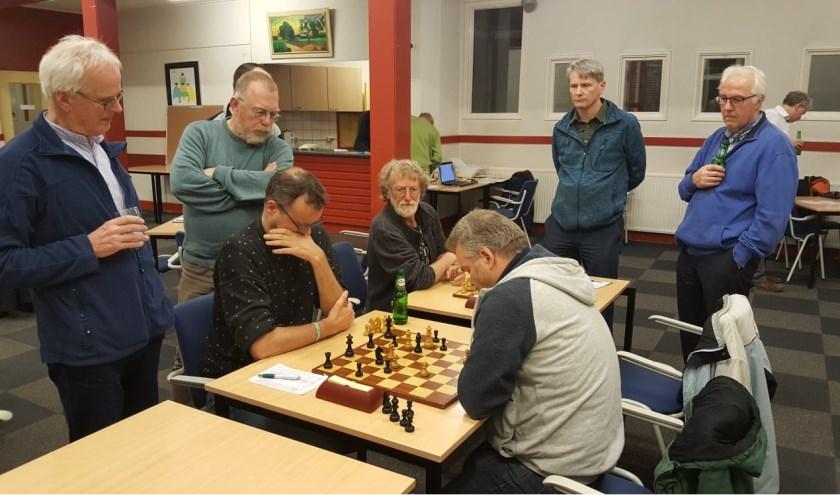 Harry Verhoef (links) in gevecht met Apeldoorner Marco Beerdsen. En er is bekijks genoeg. (foto: Rinus van der Molen)