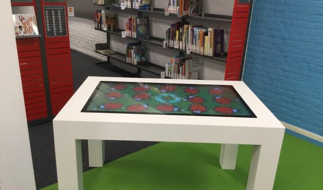 Een multitouchtafel is een soort reuzetablet in een tafel. Hiermee kunnen volwassenen en kinderen taalspellen, puzzels en educatieve spellen spelen, samen of alleen.