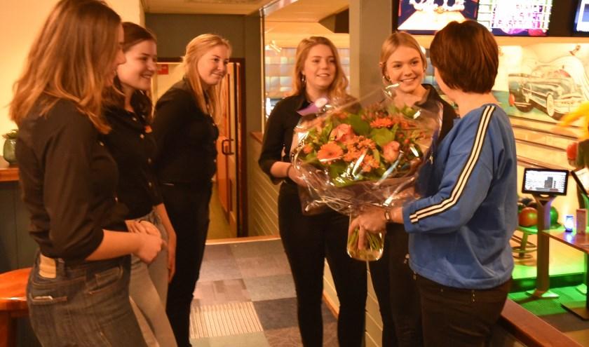 Voor het belangeloos beschikbaar stellen van de keuken en de zaal, boden de vijf leerlingen Elles Kaal een prachtige bos bloemen aan.