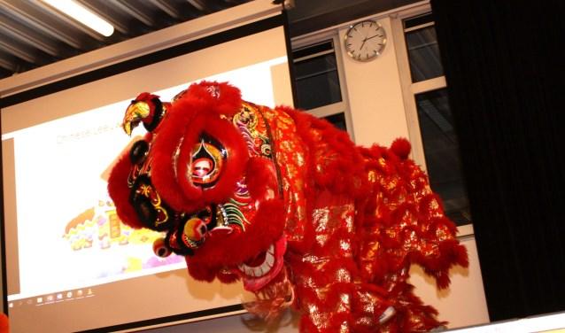 De festiviteiten begonnen met een leeuwendans
