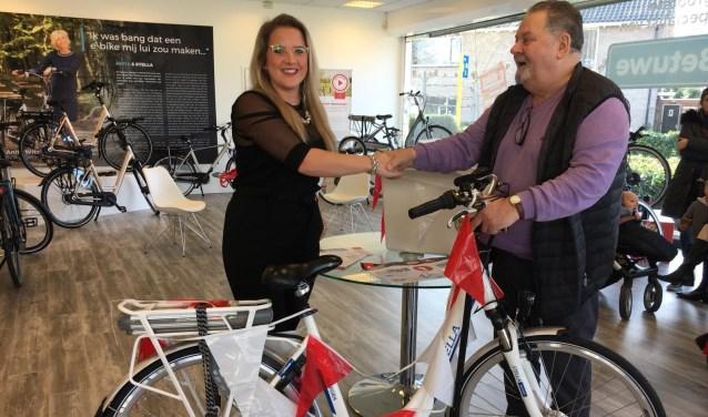 De introductie werd feestelijk afgesloten met het verloten van een gratis e-bike. In Tiel was M.M. Puts de gelukkige winnaar. (Foto: Wouter van Middendorp)