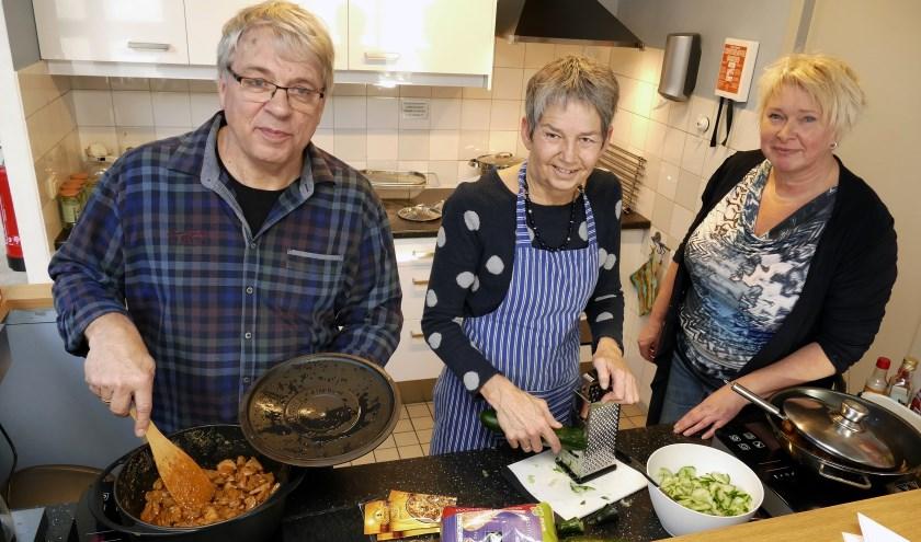 Het eten wordt klaargemaakt voor het Donderdagdiner in het Titus Brandsmahuis. (foto Auke Pluim)