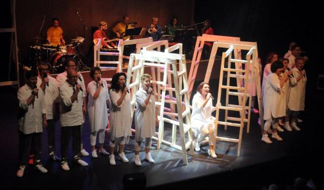Musical Intermezzo bestaat vijfentwintig jaar en staat over enkele weken op het podium met haar elfde voorstelling 'In beeld'. Op de foto een beeld uit de productie 'In Full Colour'. Foto: Trudie van der Steeg.