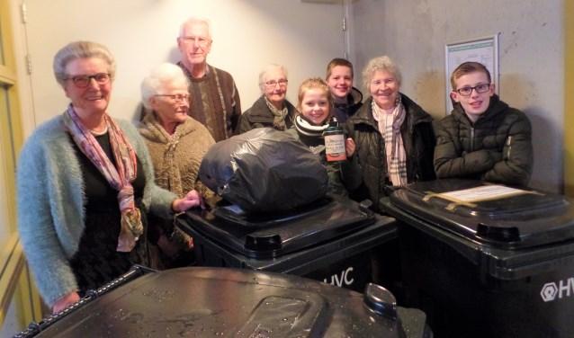 Een succesvolle samenwerking tussen jong en oud bij het ophalen van afval.