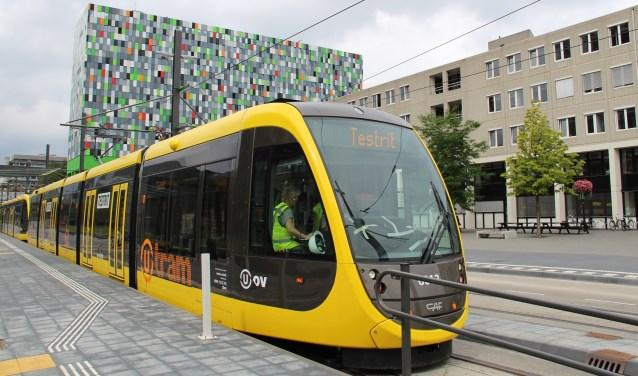 De tram tijdens een testrit overdag, een beeld dat mensen de komende tijd steeds vaker zullen zien. Foto: Projectorg. Uithoflijn