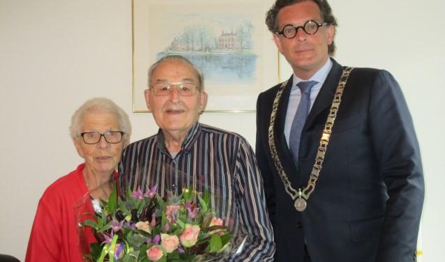 Het echtpaar Koot en locoburgemeester Jeroen-Willem Klomps. Het echtpaar is zestig jaar getrouwd. Tekst en foto: Ria van Vredendaal