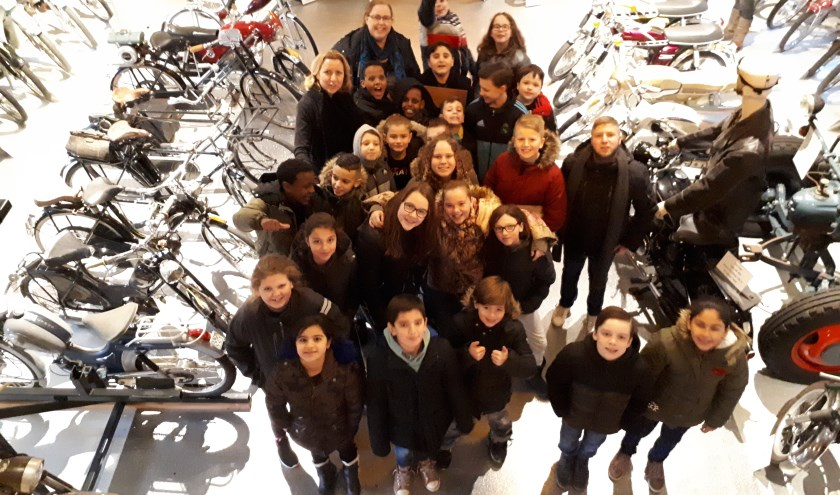 De leerlingen van Daltonschool Rhenen in het Oldtimer museum tussen de bromfietsen