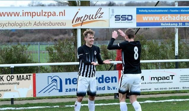 Jorik te Kaat wordt gefeliciteerd door Roel Gebbinck, die de voorzet gaf.