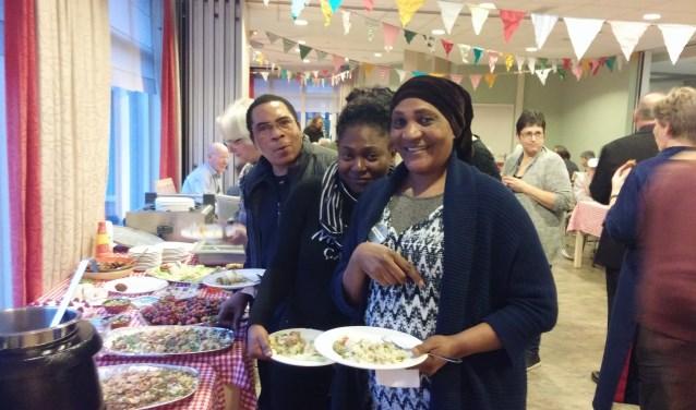 Zulfa maakte voor het Werelddiner chapati: Afrikaanse hartige pannenkoeken. Zelf schept de vrouw uit Burundi Hollandse kost op haar bord.