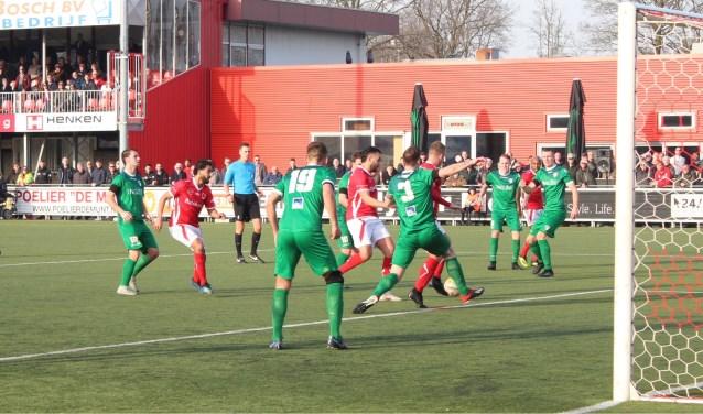 DOVO stichtte in de tweede helft het nodige gevaar voor het doel van VVOG, maar een tweede bevrijdende treffer viel niet. (Foto: Henk Jansen