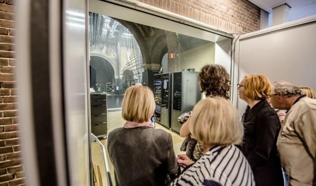 De rondleiding door Het Speelhuis brengt de deelnemers op bijzondere plekken.