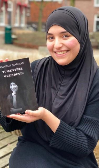 De 17-jarige Chaimae Azarfane met haar eerste boek.