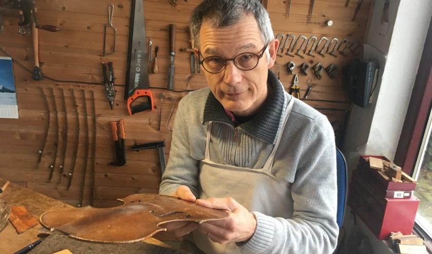 Adrian Martig in zijn atelier aan het werk. Hij lijmt een gebarsten bovenblad. (foto: Erlend Joséphy)