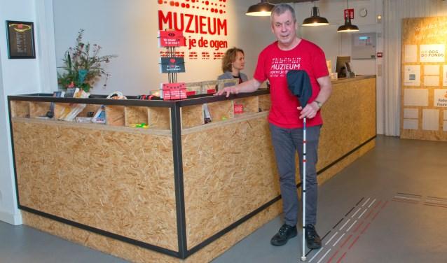Als gids begeleidt Bart Schotman meerdere keren per week bezoekers van het muZIEum tijdens een donkerbeleving. (Foto: Maaike van Helmond)