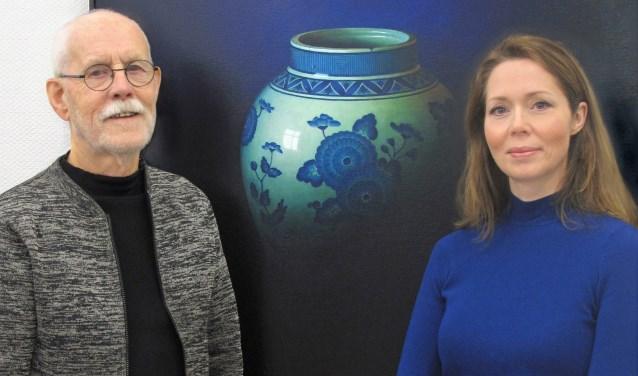 Beide kunstenaars bij het schilderij 'Japan' van Debora Makkus.