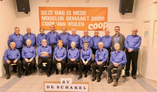 De leden van Biljartvereniging De Schakel uit Oudheusden showen trots de nieuwe outfits. Deze zijn geschonken door Coop van Wijlen aan de Laagstraat 3 in Oudheusden.