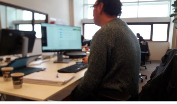 Op de redactie van De Havenloods wordt wel vaker en warme trui gedragen. (Foto: Raymond Rotteveel)