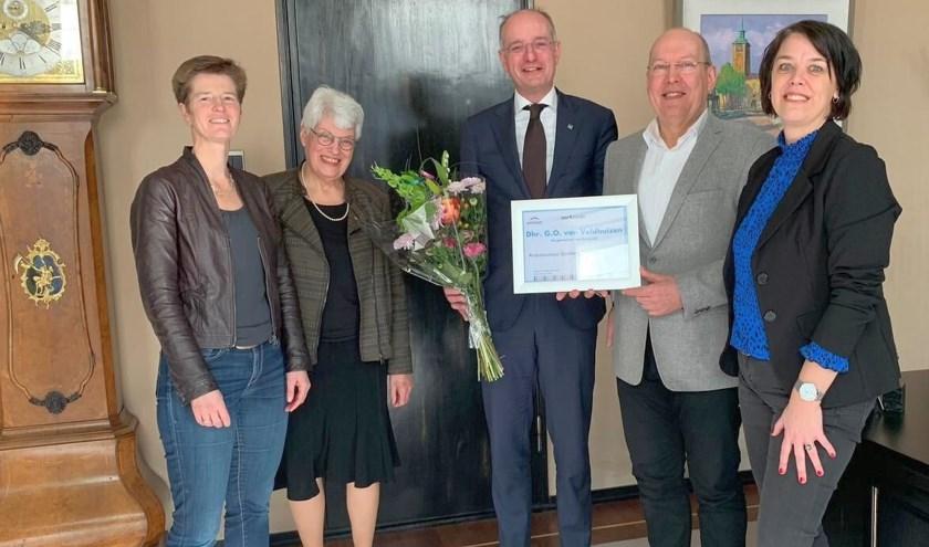 De burgemeester met van links naar rechts coördinator Marjet Deuten, oud-voorzitter en ambassadeur Diet Boes, voorzitter Jan Joosten en coördinator Leonie Verloop.