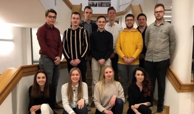 De leden van de jongerenraad Berkelland met Bas Wensink als derde op de middelste rij en tijdelijk voorzitter Priscilla Duin rechtsvoor.