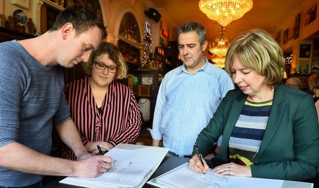 De samenwerkingsovereenkomst wordt ondertekend door wethouder Ingrid Lambregts en Rick Hendrixen. Christie Geerts-Hendrixen en Nard Everdij kijken toe. (Roel Kleinpenning)
