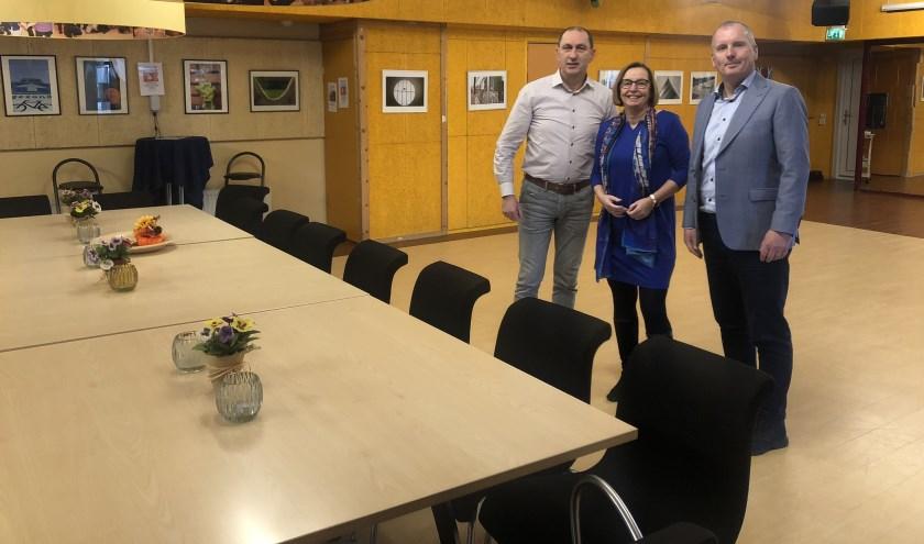 Jan van der Put schenkt meubilair Boon aan Stichting de Klup Apeldoorn. V.l.n.r. Henk Dijkgraaf, Wilma Hartman en Jan van der Put.