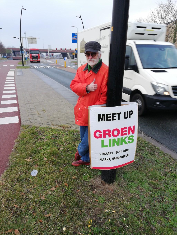 Dick Heijmans plakt posters en speelt live muziek