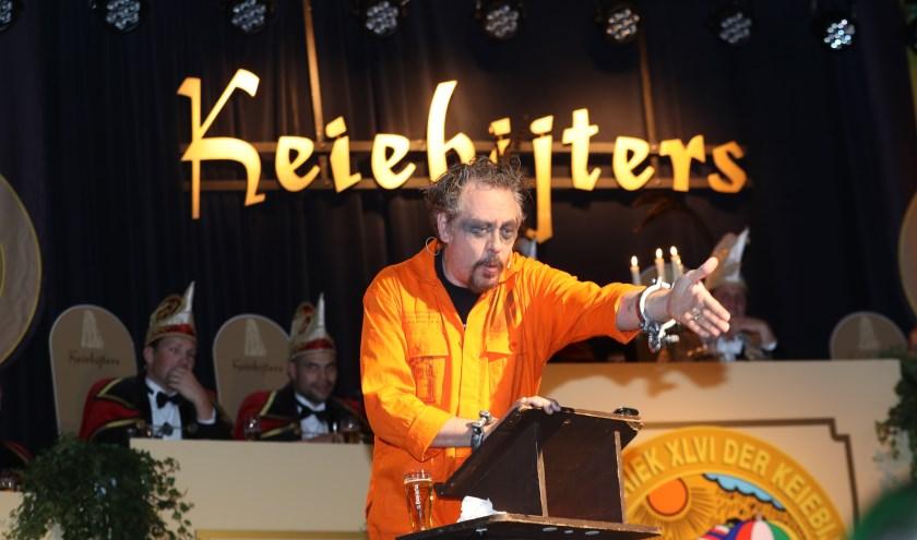 'Winnaar van de Zilveren Narrenkap 2018' Rob Bouwman met zijn klets als 'Krimineel Ken de Bukke'. Foto: Harrie van der Sanden.