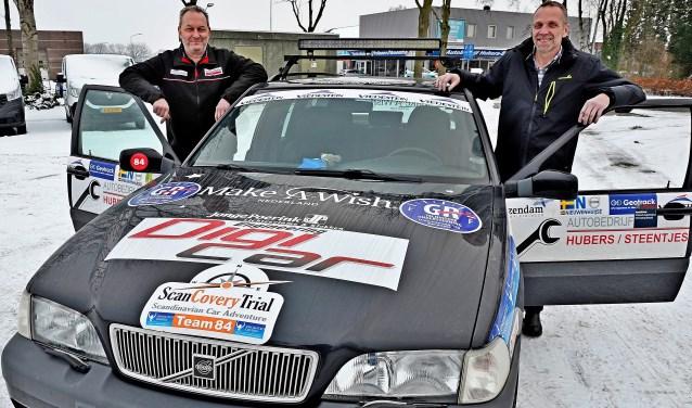 André Hubers (links) en Toon Verkerk reden totaal zevenduizend kilometer naar de Noordkaap en weer terug in hun Volvo XC70 AWD. (foto: PR)
