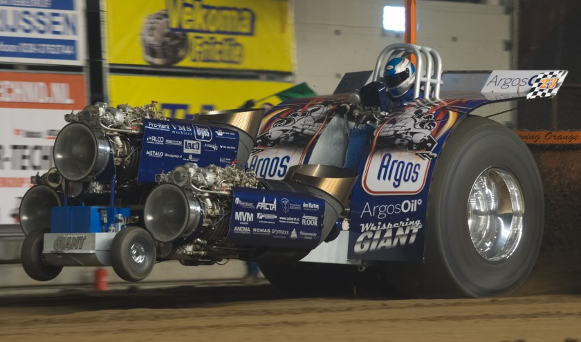 Spektakel op de baan tijdens Indoor Tractor Pulling in de IJsselhallen Zwolle.