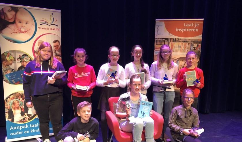 De negen kandidaten die op 13 februari hebben gestreden om de titel 'voorleeskampioen van gemeente Waalwijk'. In het midden voorleeskampioen Jayly Veltman.