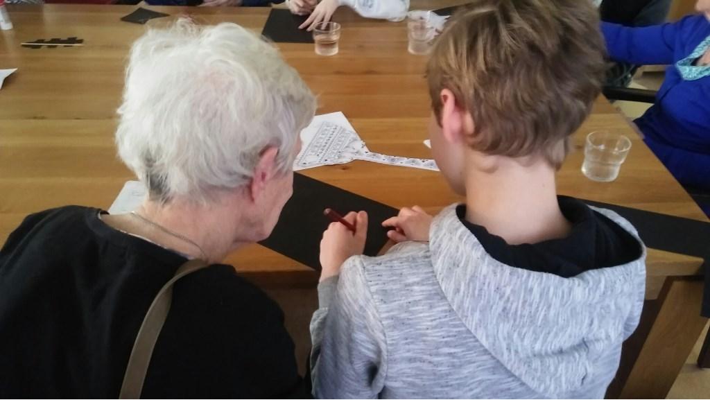 oudere en leerling Foto: Margot van Ham © Persgroep