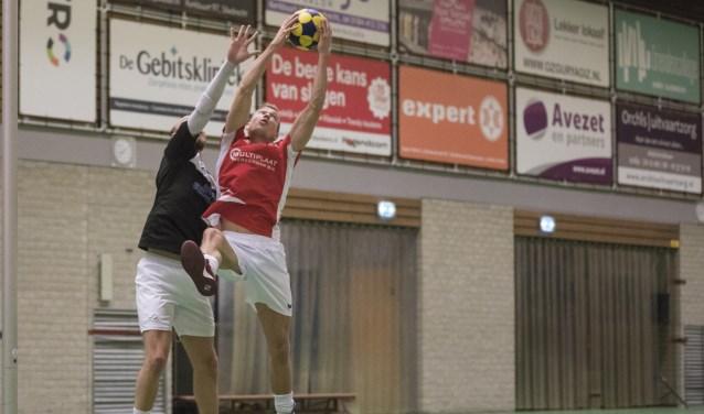 Steven Bakker in een reboundduel met de tegenstander. (Foto: Bernadette Struijk)