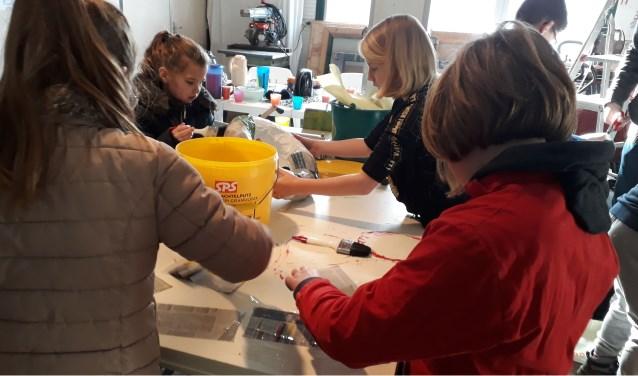Een groepje leerlingen van basisschool De Toorts uit Didam zijn druk aan het werk met hun speciale bolderkar! (foto: PR)