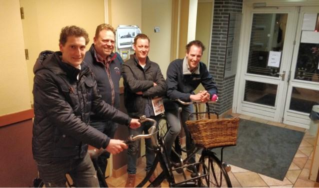 Foto vlnr: Gijs Wesselink (Werkgroep Fietspad Manderveen), Henk-Jan Venema (gemeente Tubbergen), Ruud Horst (Dorpsraad Manderveen), Martijn Oosterik (Werkgroep Fietspad Manderveen).