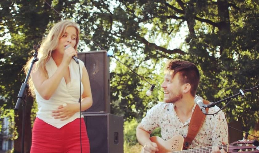 Julie Huard met haar gitarist en partner Adam Thomassen.