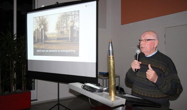 Oud-commandant Roel Schoeman met een onklaar gemaakte 40 mm luchtdoelgranaat. (Foto: Marco Diepeveen)