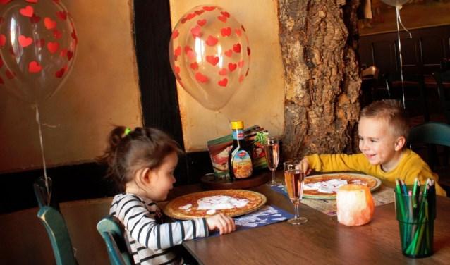 Siem en Tess poseren trots voor de Kids Valentijnsspecial