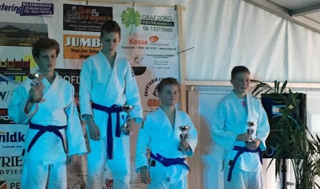 Jeugdige judoka's op het podium. De wedstrijden waren in Slagharen.