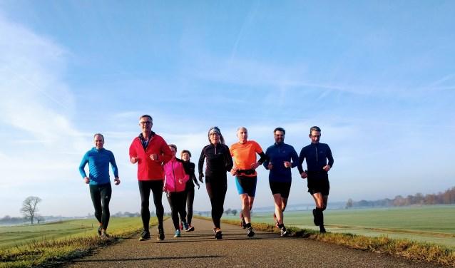 Samen een langere afstand lopen is gezellig. De beginners starten met 6x1 minuut en bouwen de trainingen geleidelijk op. (foto; PR)