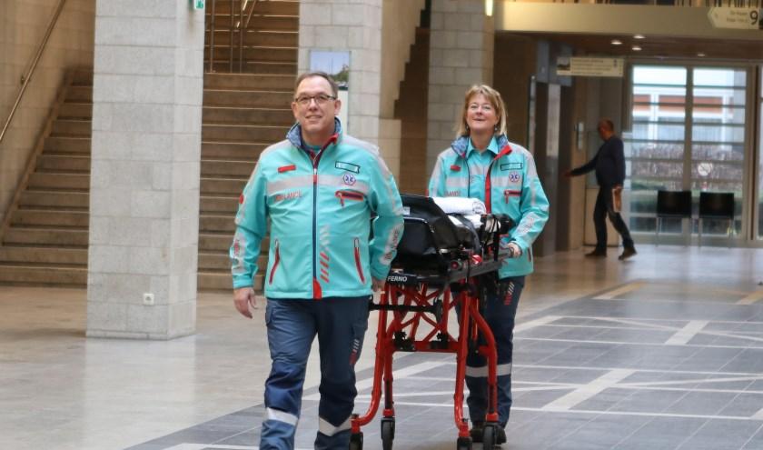 Laura Muller en Ruud van Eeren in hun nieuwe uniform. (foto: ambulancedienst)
