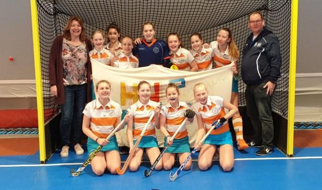 Het meisjesteam MC4, een van de Nieuwegein teams, die in de zaal kampioen werd. Rechts coach Igor Honcoop. Foto: Thijs Middelkoop.