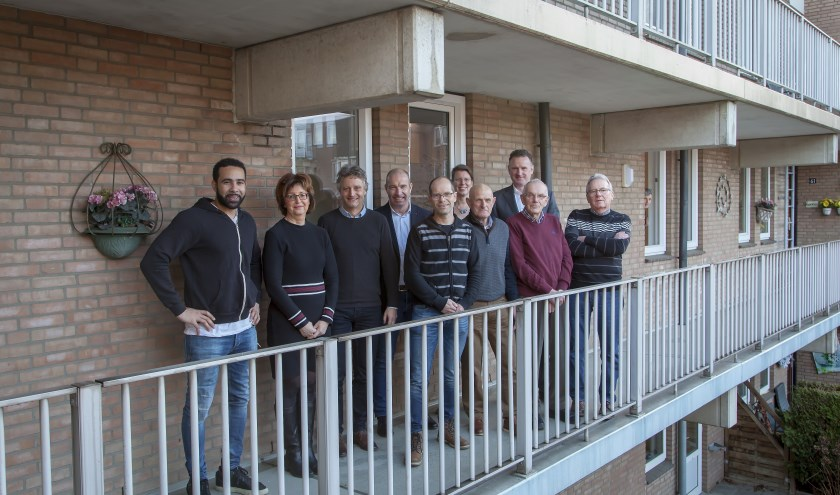 Ramon Lucas en Roos Godschalk (bewonersbegeleiding Baston Wonen), Ben Koers (projectleider Baston Wonen), Ton Bosman (projectleider Hagemans), Constant van Heumen en Sandra van Zaal. (foto: PR)