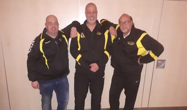 Trainer Benno Snaphaan geflankeerd door Cees Blok (rechts) en Bas Bruinsma.
