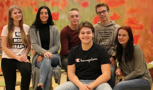 Femke, Demet, Bryan, Lars, Sam en Yentl (v.l.n.r.) van ikc-lab De Tweestroom zijn enthousiast over het hybride leren.