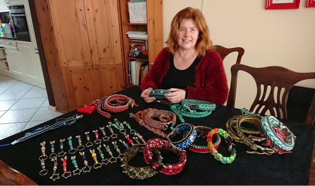 Lia de Ruijter poseert met haar zelfgemaakte halsbanden, riemen en sleutelhangers. (Foto: Mariëlle van der Lee)