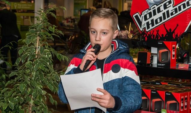 Finn Spijker (11) leest eigen werk voor. Meest Poëtische Heumie-gedichtenwedstrijd Poëzieweek Heumen