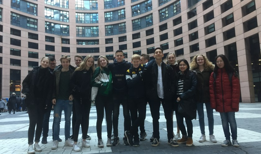 Deze vijftien leerlingen gingen naar Straatsburg en konden met nog 23 landen ervaren hoe het zou kunnen zijn om zitting te hebben  in het Europarlement. (Foto: PR)