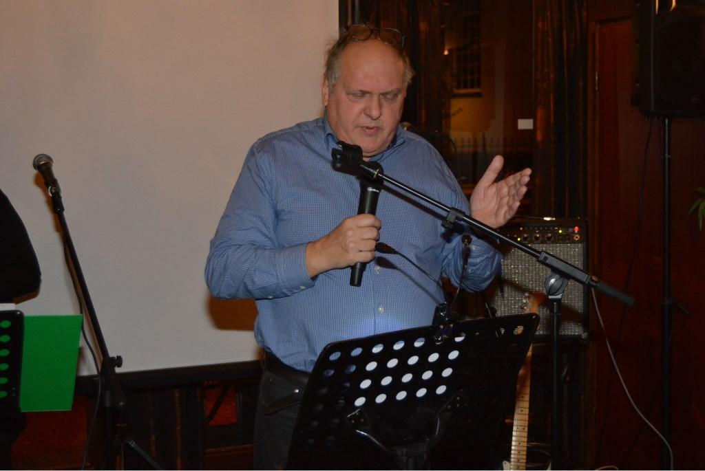 De eerste stadsdichter van Veenendaal, Mats Beek, draagt een gedicht voor over Piet de Vrije-meningsuiting,   © Persgroep